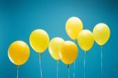 fényes Party sárga léggömbök, kék háttér