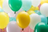 a sokszínű, dekoratív ballonok megtekintése rózsaszín háttérrel