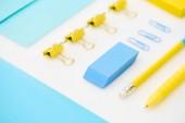 Plochá barva gumy, papírových sponek, složky, obálky, žlutého pera, tužky, samolepky v bílém pozadí