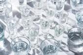 zavření pohledu na průhledné brýle s vodou na bílém pozadí