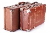 dva kožené hnědé retro kufry izolované na bílém