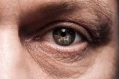 zblízka pohled na zralé oko s řasy a obočím, které se dívají na kameru