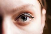 zblízka pohled na mladou ženu očima s řasy a obočím, které se dívají na kameru