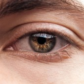 zblízka pohled na lidské barevné oko s řasy