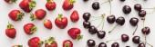 panoramatický záběr čerstvých a zralých jahod a celých třešní