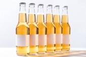 bottiglie di birra con etichette bianche bianche bianche vuote isolate sul grigio