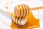 zblízka pohled na medovu a dřevěné Dipty izolované na bílém