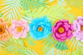 lapos feküdt papírvágással tarka virágok trópusi levelek sárga fényes háttér
