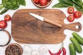 felülnézet a vágódeszka, Cseresznyeparadicsom, növényzet, chili paprika, só, garlics, kés és fűszerek