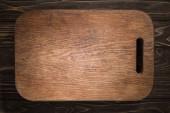 a fa vágódeszka felülnézete fekete asztalon