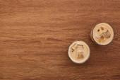 Fotografie pohled na lahodnou ledovou kávu ve skleničkách na dřevěném stole