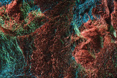 abstraktní pozadí lesklý tvarované zmačkané fólie s barevným osvětlením