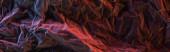Fotografie panoramatický záběr zmačkaného papíru s růžovým a červeným barevným světlem ve tmě