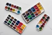 pohled na palety barevných barev na mramorovém povrchu mramoru