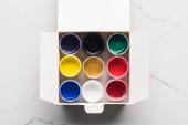 pohled na barevné kvaše barvy v krabici na mramorové ploše