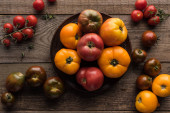 Nejlepší pohled na barevná rajčata na dřevěném venkovním stole