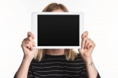 Fotografie oběť kyberšikanu zobrazující digitální tablet s prázdnou obrazovkou izolovanou na bílém