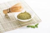 matča zelený Čajový prášek se šlehací metou na bambusovou podložku