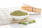 Fotografie matča zelený Čajový prášek se šlehací metou na bambusovou podložku
