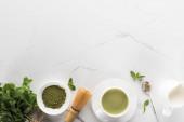 lapos feküdt zöld Matcha tea fehér asztal a másolási tér