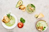 pohled na lahodnou smetanovou zelenou zeleninovou polévku podávaný se zelení a krutony