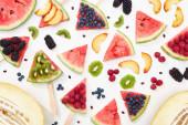 vzor s lahodnou zralou melounem na tyčinky s sezonními bobule a ovocem