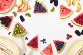 felülnézet finom lédús görögdinnye a botok szezonális bogyók és gyümölcsök, fehér háttérrel, másolási tér
