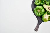 Fotografia vista superiore di avocado, peperoni e vegetazione sulla padella pizza