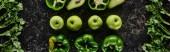 panoramatický záběr čerstvých jablek, paprik, avokáda a zeleně