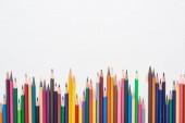 Světlé barvy zaostřené tužkami izolované na bílém
