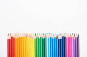 Duhové spektrum vyrobené s přímou řadou barevných tužek izolovaných na bílém