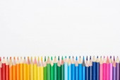 Duhové spektrum vyrobené s naostřenými barevnými tužkami izolované na bílém