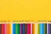 Světlé barvy zaostřené tužky izolované na žluté