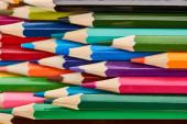 Jasně barevné dřevěné tužky s naostřenými konci