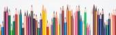 Panoramatický záběr barevně zaostřených tužek izolovaných na bílém