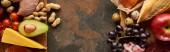 Panorámaképet a friss gyümölcsök és zöldségek a fa vágódeszka nyers meat6 hal és baromfi márvány felületen