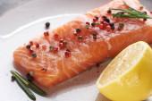 uzavřít pohled na surový čerstvý losos s paprikou, citronem a rozmarovou deskou