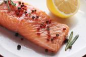 uzavřít pohled na surový čerstvý losos s paprikou, citronem a rozmarýnem
