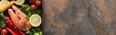 felülnézet a nyers lazac zöldségekkel, citrommal és gyógynövények grill serpenyőben, panoráma lövés