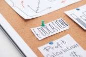 papírová karta s textem pro vzdělání na hrací desce