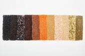Ansicht von verschiedenen schwarzen Bohnen, Reis, Quinoa, Buchweizen, Kichererbsen, roten Linsen und Kürbiskernen isoliert auf weiß