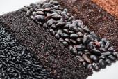 Fotografie verschiedene schwarze Bohnen, Reis und Quinoa isoliert auf weiß
