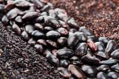 Nahansicht der schwarzen Bohnen zwischen Quinoa und Reis