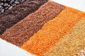schwarze Quinoa, Buchweizen, Linsen und Bohnen isoliert auf weiß