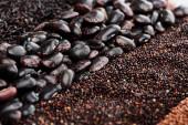 Fotografie Nahaufnahme von Wildreis, schwarzen Bohnen und Quinoa
