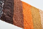 Fotografie rohe rote Linsen, Buchweizen, Quinoa und Kichererbsen isoliert auf weiß