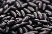 Fotografie Nahansicht der ungekochten kleinen schwarzen Bohnen