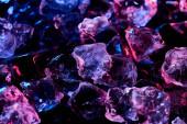 átlátszó jégkocka fekete színű, izolált lila megvilágítással