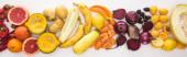 panoramatický záběr čerstvé podzimní zeleniny a ovoce na bílém pozadí