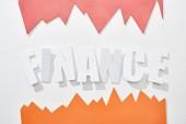 pohled na finanční nápis s oranžově a růžovým statistickým grafy na bílém pozadí